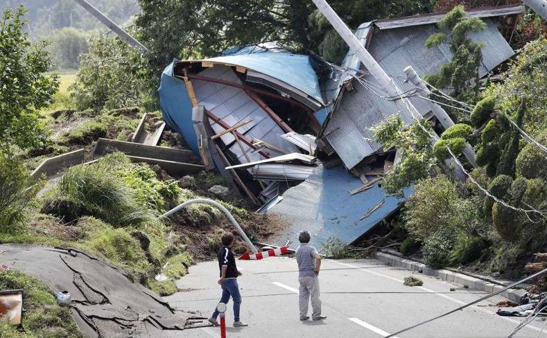 Clădiri distruse de o alunecare de teren declanşată de un cutremur în Atsuma, insula japoneză Hokkaido, 6 septembrie 2018.