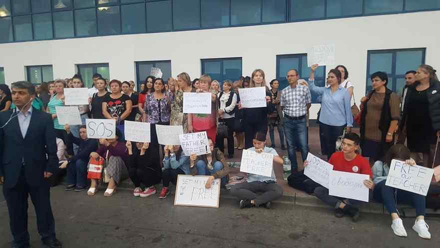 """Profesori, părinţi, colegi, rude şi elevi de la liceul """"Orizont"""" protestează la Aeroportul Internaţional Chişinău în susţinerea profesorilor expulzaţi în Turcia."""