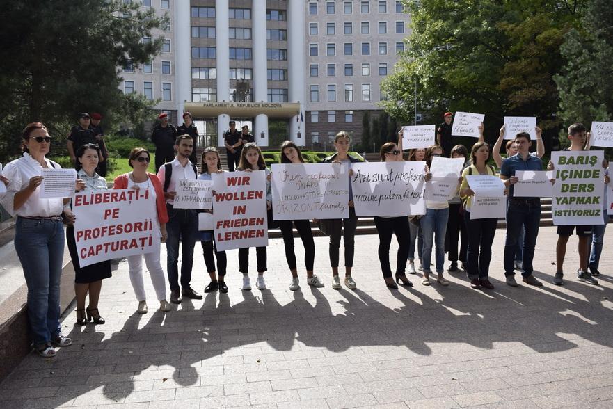 Profesori, elevi şi părinţi protestează la Parlament