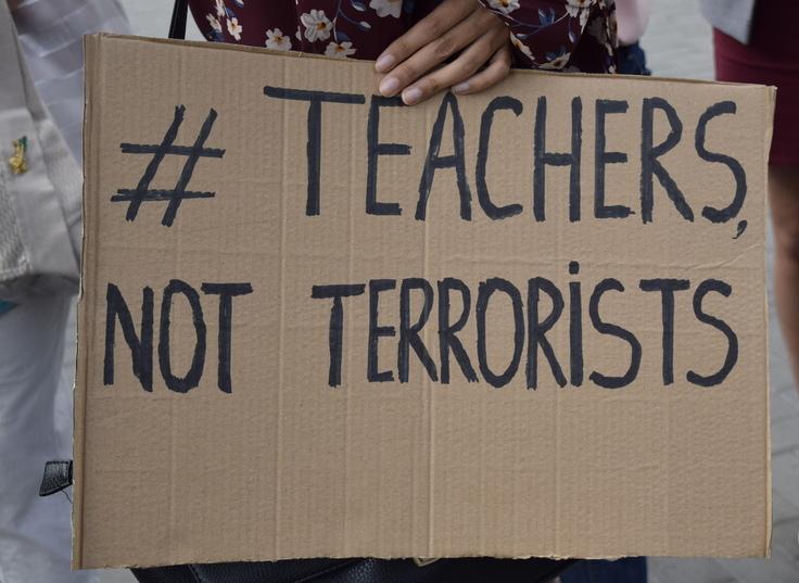 Protest la Parlament. Oamenii cer eliberarea profesorilor turci