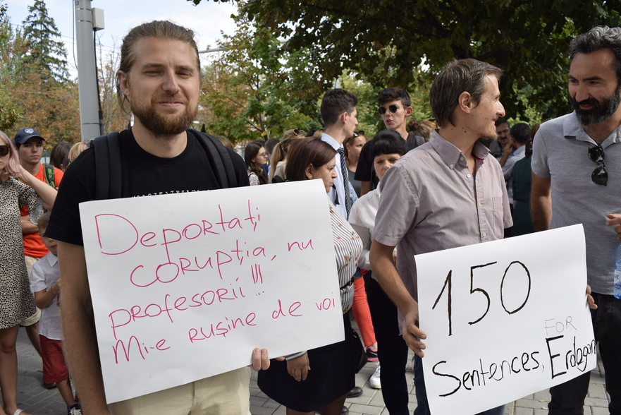 Protest la Parlament după expulzarea prfesorilor turci