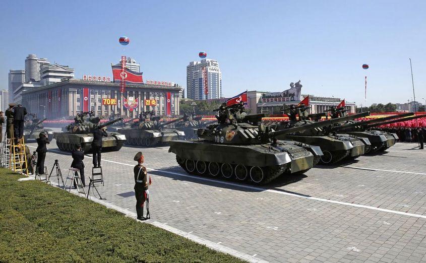 Tancuri nord-coreene participă la o paradă militară în Phenian cu ocazia celei de-a 70-a aniversări a înfiinţării Coreei de Nord