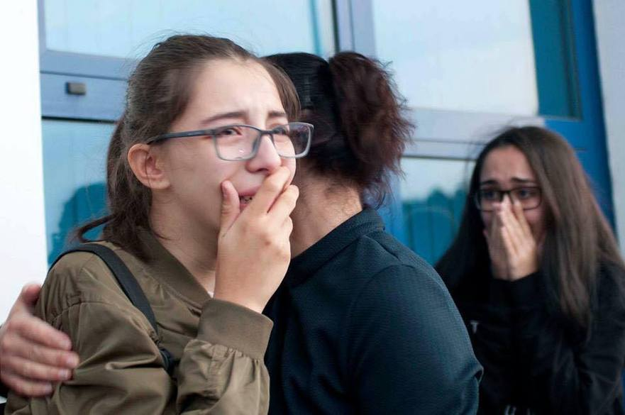 Fiica unui profesor expulzat în Turcia, protestează la Aeroportul din Chişinău