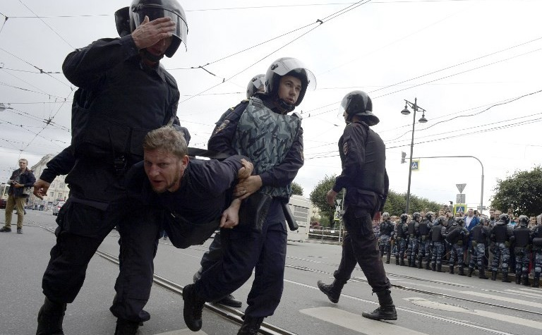 Manifestant luat pe sus de forţele de ordine în timpul unor proteste în capitala rusă Moscova împotriva creşterii vârstei de pensionare, 9 septembrie 2018.