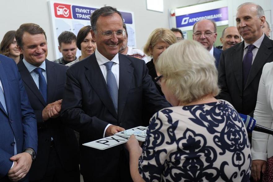 Franco Frattini înmânează primele plăcuţe auto cu design neutru la Tiraspol