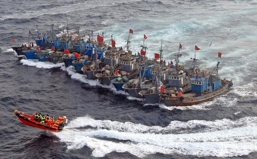 Ambarcaţiuni de pescuit chineze în Marea Galbenă