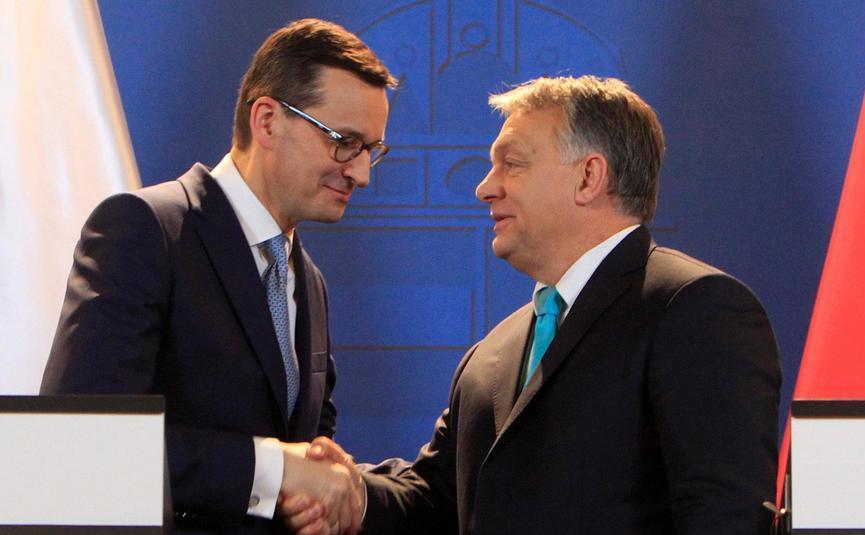 Premierul polonez Mateusz Morawiecki (st) şi premierul ungar Viktor Orban