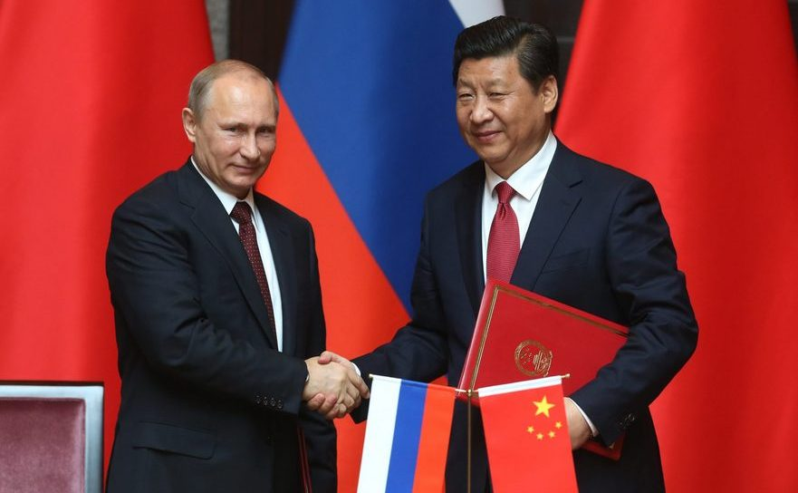 Preşedintele rus Vladimir Putin (st) şi omologul său chinez Xi Jinping