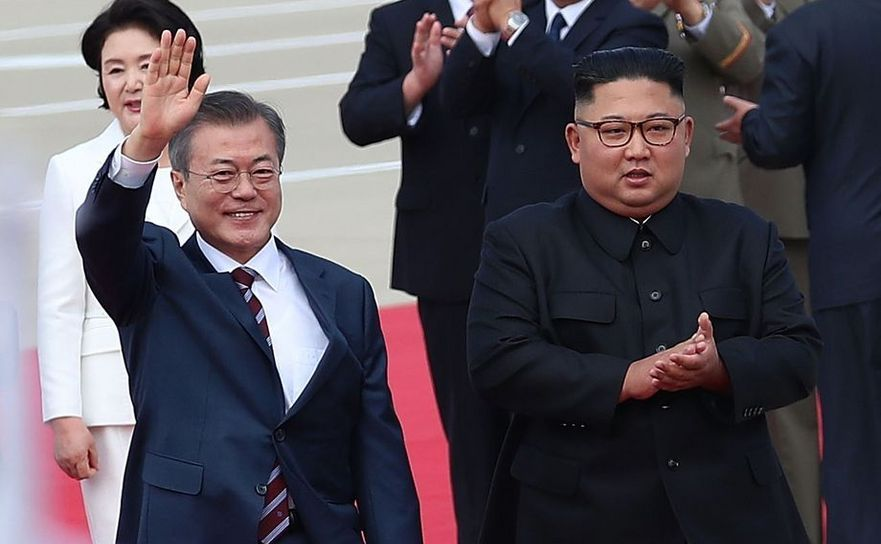 Preşedintele sud-coreean Moon Jae-in (st) şi omologul său nord-coreean Kim Jong-un în Phenian, 18 septembrie 2018.