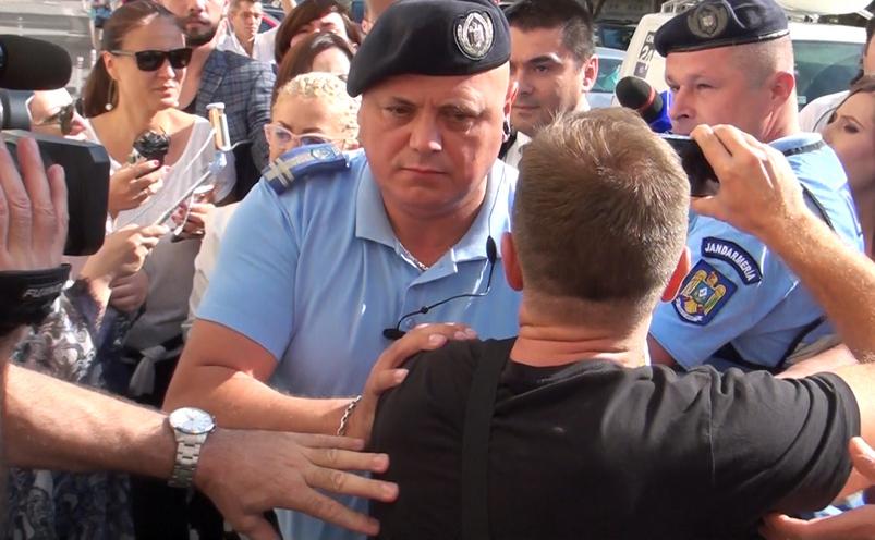 Jandarm, făcând pârtie pentru Sebastian Cucoş în faţa Parchetului General