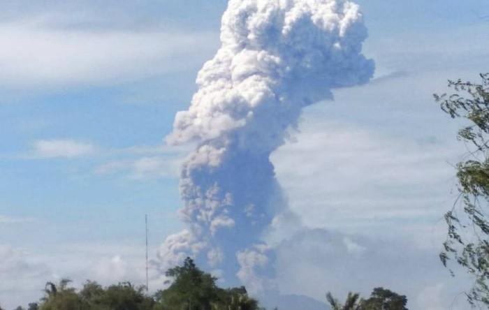 Erupţia vulcanului Soputan din Indonezia