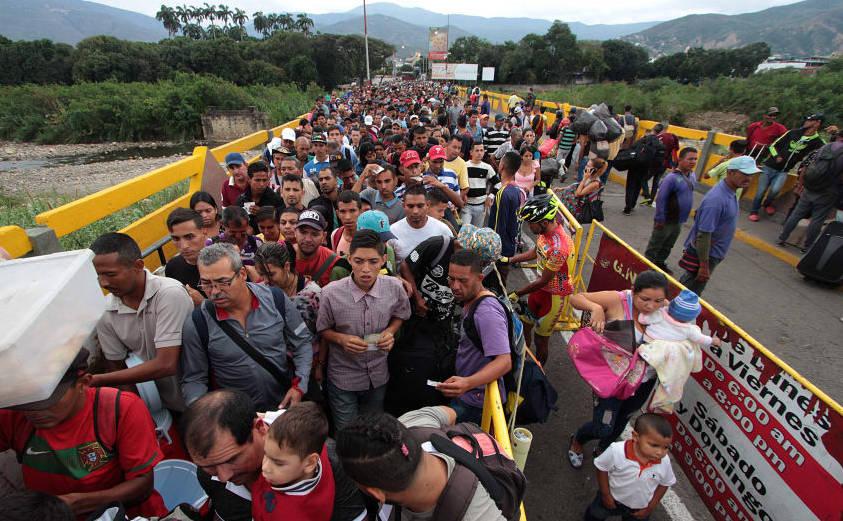 Cetăţeni venezueleni trec podul internaţional Simon Bolivar din Venezuela în provincia columbiană Norte de Santander
