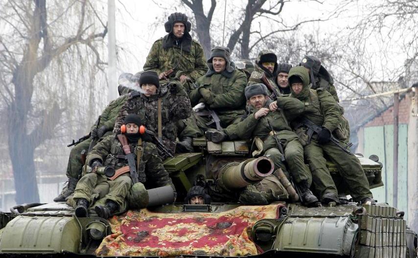 Separatişti pro-ruşi călătoresc cu un tanc în apropierea oraşului Doneţk, estul Ucrainei, 22 ianuarie 2015