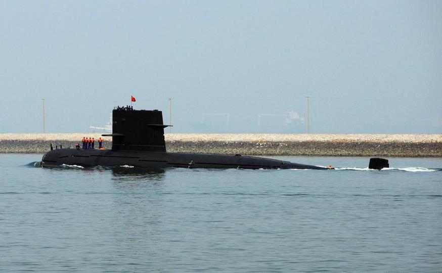 Submarin al Marinei chineze pleacă din portul Qingdao, provincia Shandong, China, 22 aprilie 2009