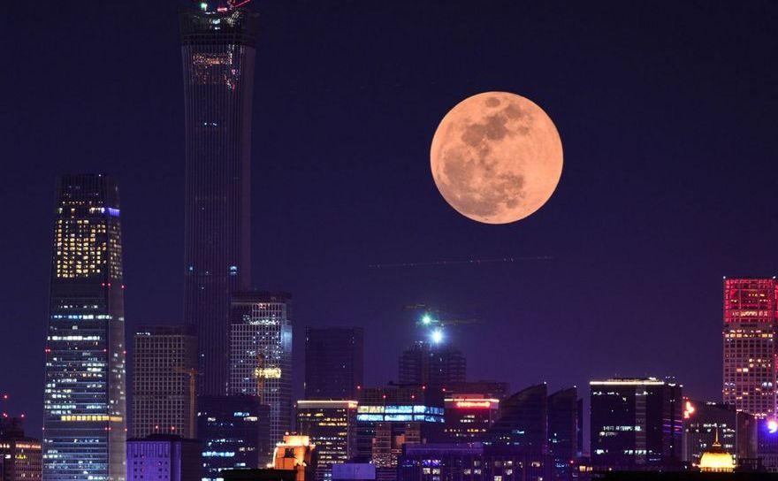 Luna se ridică deasupra Beijingului, China, 31 ianuarie 2018
