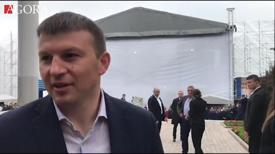 Anatolie Golea, şeful Serviciului de Protecţie şi Pază de Stat în timp ce împinge reportera Agora