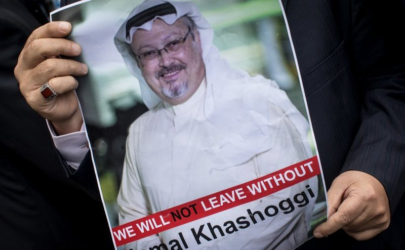 O persoană afişează o poza cu jurnalistul saudit Jamal Khashoggi în timpul unui protest organizat de membri ai unei asociaţii media turceşti la intrarea în Consulatul saudit din Istanbul, Turcia, 8 octombrie 2018