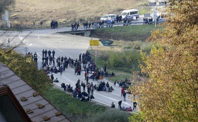 Poliţişti bosniaci împiedică imigranţi să treacă frontiera în apropiere de Maljevac, Bosnia, 23 octombrie 2018