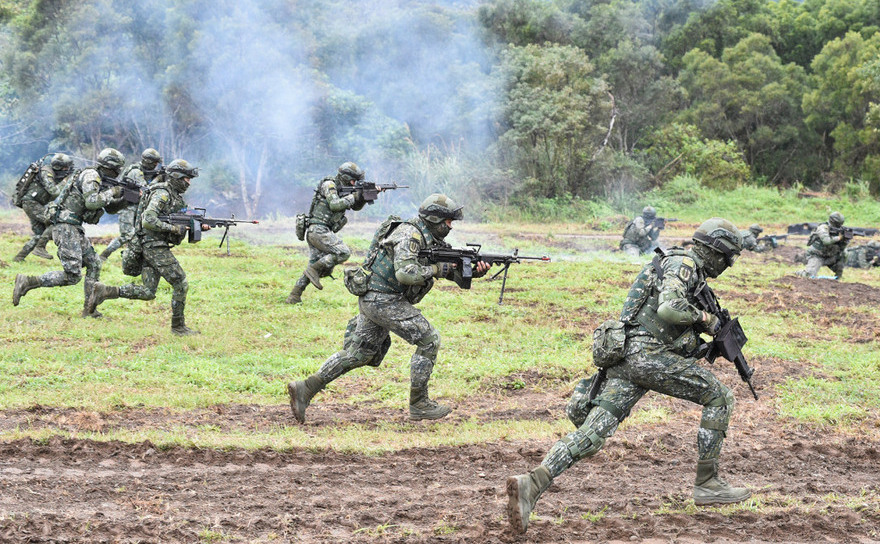 Soldaţi taiwanezi în timpul unui exerciţiu la o baza militară din Hualien,  Taiwan