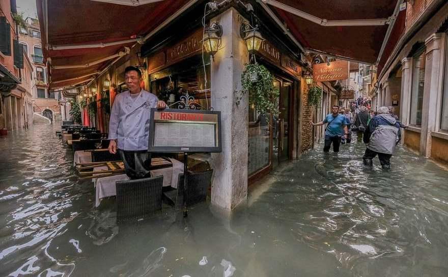 Flux neobişnuit de mare inundează Veneţia