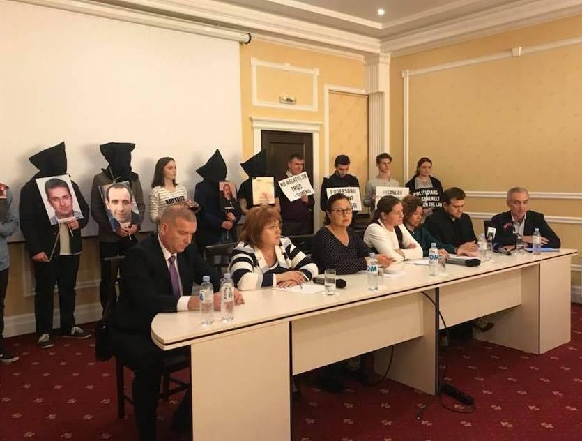 Conferinţa de presă Amnesty din 18.10.2018, unde au fost antrenaţi şi copii de la liceul Lucian Blaga din Chişinău