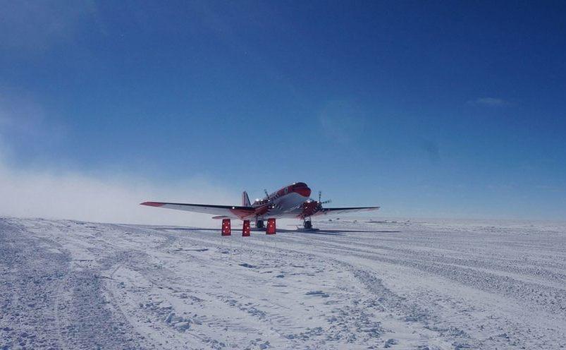 Avion chinez aterizează la staţia Kunlun din Antarctica, 9 ianuarie 2017