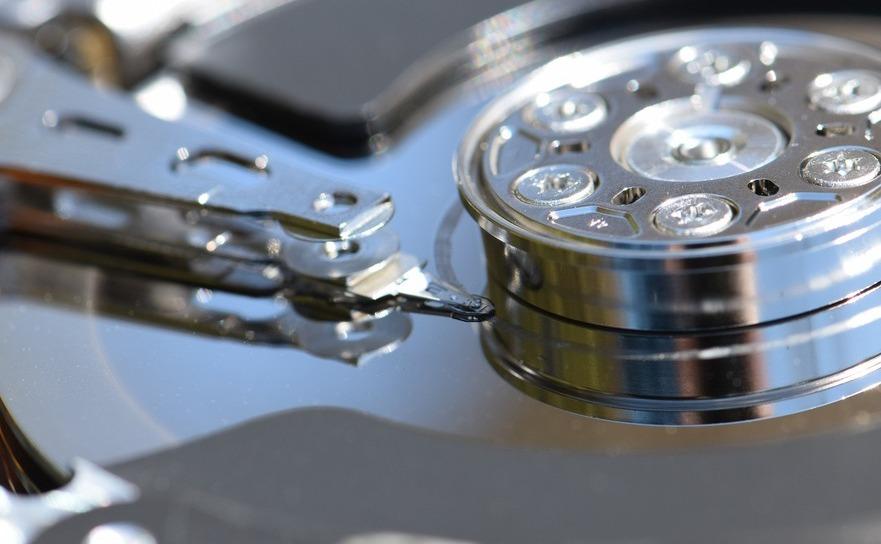 Interiorul unui hard disk.