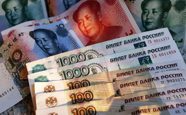 Bancnote de yuani chinezeşti şi ruble ruseşti