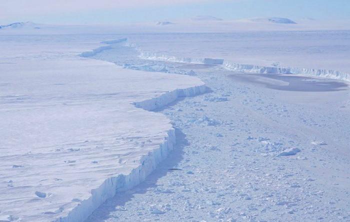 Gheţarul se rupe din partea din faţă a gheţarilor care se termină în mare