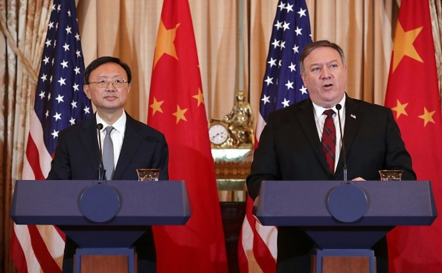 Mike Pompeo (dr) şi Yang Jiechi la o conferinţă de presă în Washington  D.C., SUA, 9 noiembrie 2018