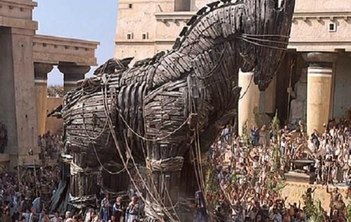 """Un cal troian prezentat într-o scenă din filmul de acţiune """"Troy"""" (Troia), un film epic american, de aventură şi război, scris de David Benioff şi regizat de Wolfgang Petersen"""