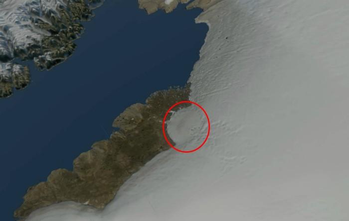 Imaginea prin satelit a gheţarului Hiawatha, cu forma craterului marcată cu un cerc roşu