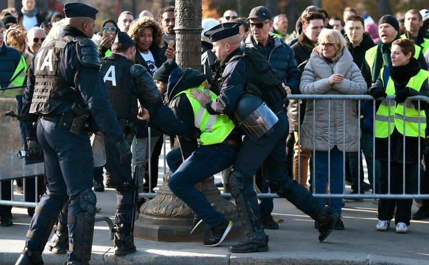 Un manifestant este reţinut de poliţişti în Paris, 17 noiembrie 2018