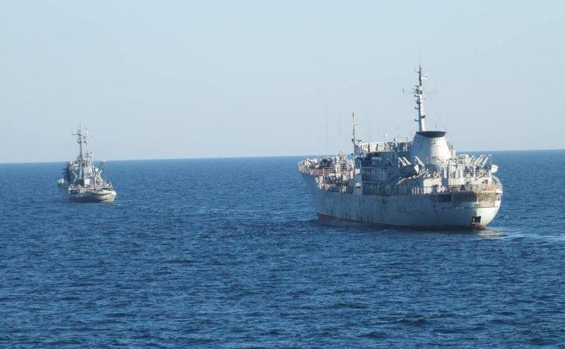 Navele ucrainene Donbas şi Korets navighează în Marea Azov în apropierea Peninsulei Crimeea