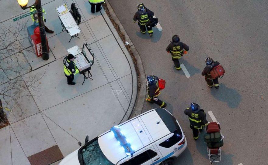 Pompieri şi poliţişti la intrarea în spitalul Mercy din Chicago, SUA, 19 noiembrie 2018