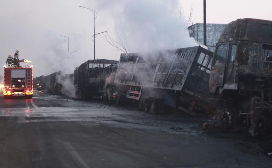 Camioane incendiate în urma exploziei din Zhangjiakou,  China, 28 noiembrie 2018