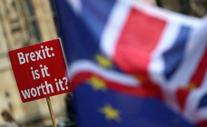 O pancartă cu un mesaj anti-Brexit