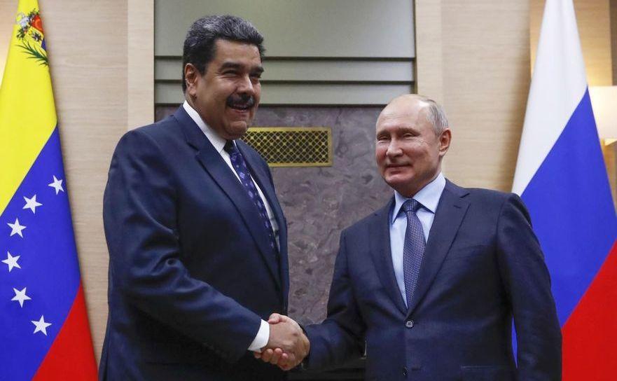Preşedintele rus Vladimir Putin (dr) dă mâna cu omologul său venezuelean Nicolas Maduro în timpul unei întâlniri la reşedinţa de stat Novo- Ogariovo de lângă Moscova, 5 decembrie 2018
