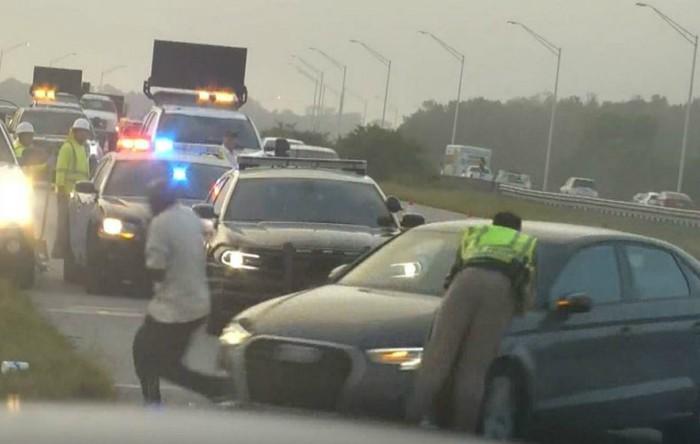 Un poliţist din Florida a fost rănit grav după ce a fost lovit şi  aruncat în aer de către o maşină ce se rotea necontrolat pe o autostradă