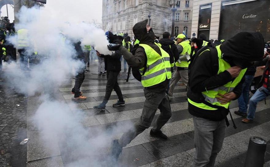 Proteste violente la Arcul de Triumf din Paris