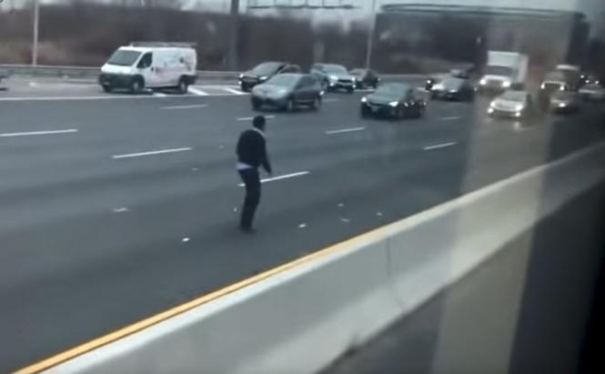 Bancnote pe o autostradă din New Jersey