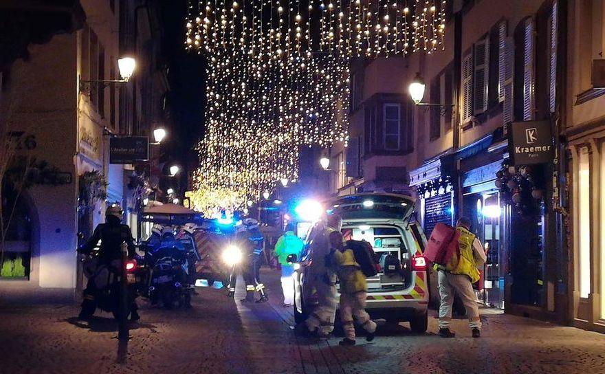 Echipe de urgenţă şi poliţişti în apropierea locului în care a avut loc atacul din 11 decembrie 2018 din Strasbourg