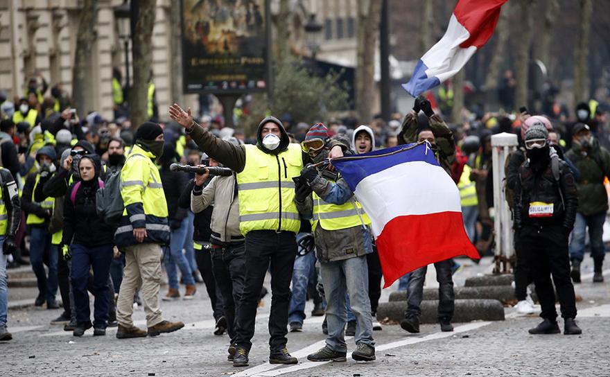 Manifestanţi din mişcarea Vestele Galbene protestează în Paris