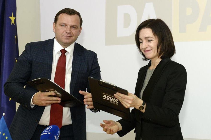 Andrei Năstase şi Maia Sandu după semnarea acordului de constituire a Blocului electoral ACUM