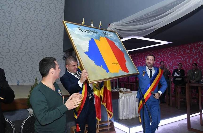 Petru Frunze (dreapta), primarul satului Puhoi, R. Moldova