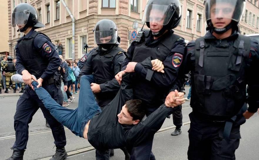 Tânăr arestat de poliţişti în timpul unui protest în oraşul rusesc St. Petersburg împotriva creşterii vârstei de pensionare, septembrie 2018