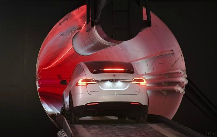 Tunel subteran cu maşina Tesla Model X
