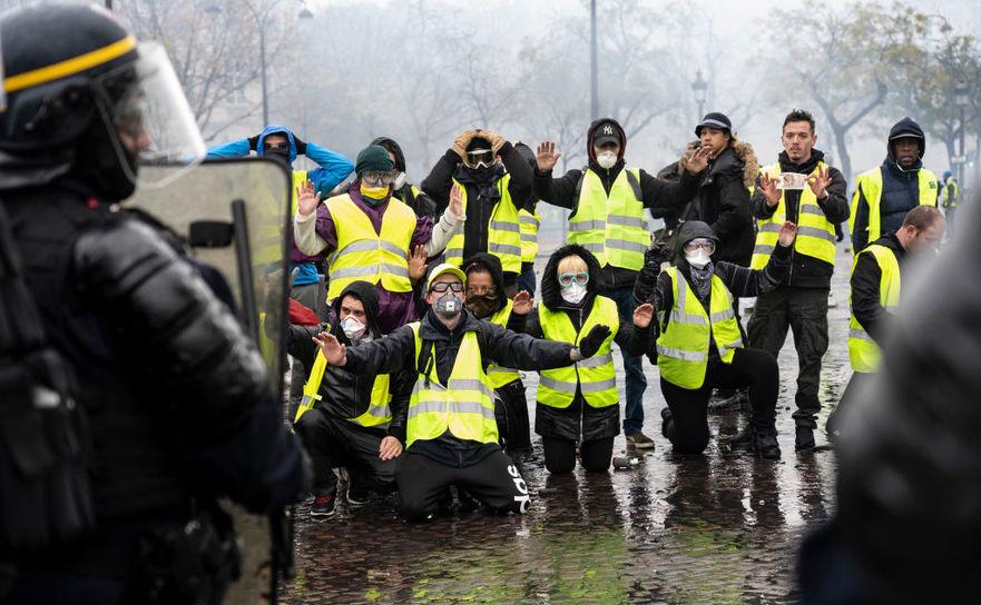"""Manifestanţi """"veste galbene"""" în timpul unui protest în apropierea Arcului de Triumf din Paris, 1 decembrie 2018"""