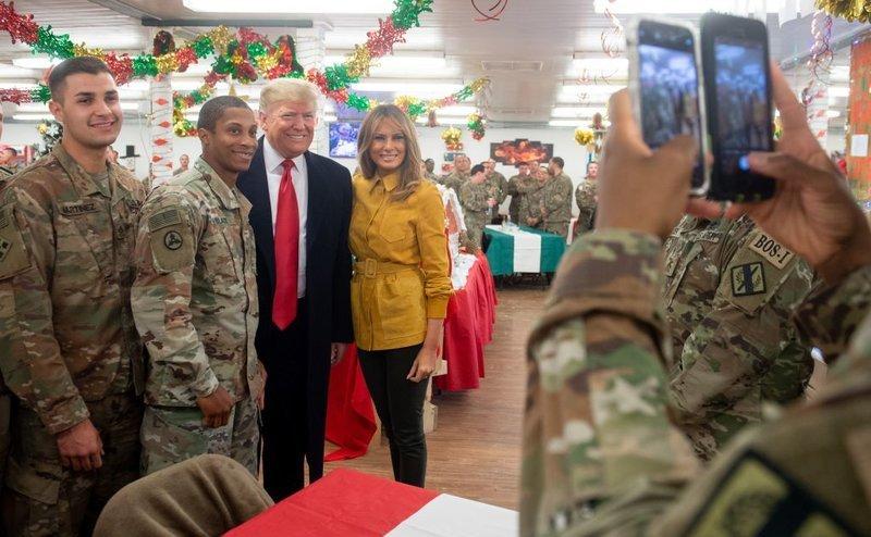 Preşedintele american Donald Trump şi prima doamnă Melania Trump fac poze cu soldaţi americani în timpul unei vizite la baza aeriană Al-Asad din Irak, 26 decembrie 2018