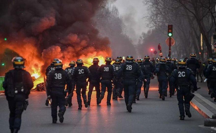 """Un grup de poliţişti se îndreaptă spre o baricadă încendiată în Paris, 5 ianuarie 2019, în timpul unui protest al """"vestelor galbene"""""""